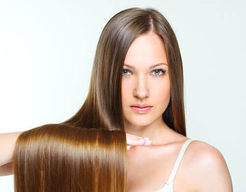 Mulher com os cabelos lisos