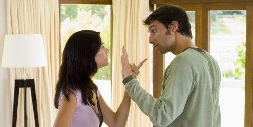 Casal brigando em casa