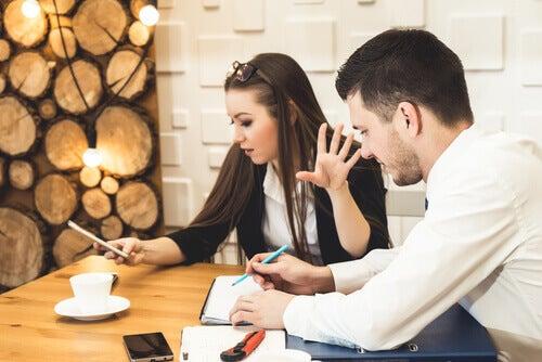 Casal discutindo e mulher ao celular