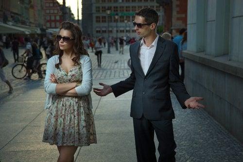 Casal discutindo na rua