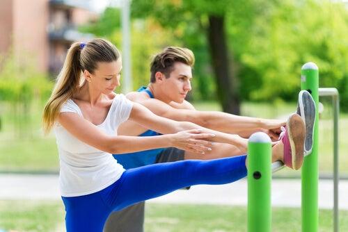 Casal se exercitando no parque