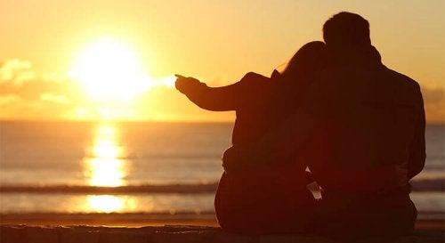 Casal observando o por do sol
