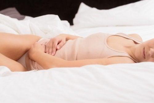 Mulher sentindo cólicas menstruais