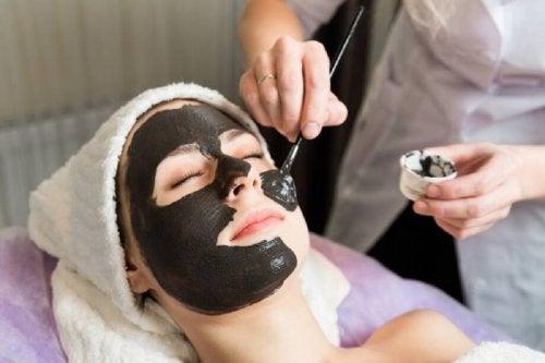 Aplicação da máscara negra para eliminar os cravos e impurezas