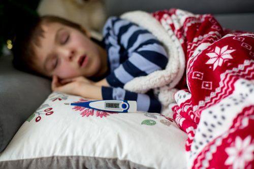 Criança com febre alta por causa da escarlatina ou febre escarlate