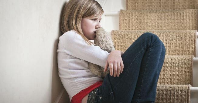 Menina brava com seus pais