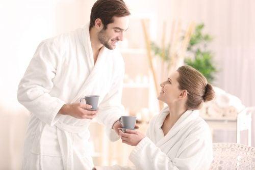 Casal tomando café da manhã sem discutir