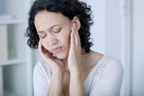 Mulher sentindo dores de cabeça
