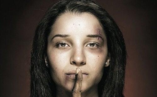 Mulher que não pode falar sobre a violência doméstica que sofreu