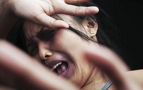 Mulher sofrendo violência doméstica