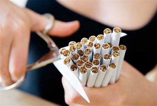 Evitar o tabagismo ajuda a evitar a dor lombar