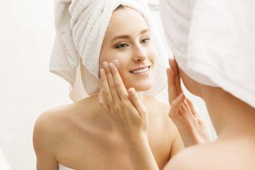 Hidratar a pele ao acordar e antes de dormir