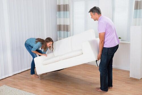 Homem e mulher carregando sofá