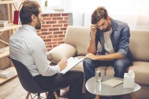 Homem com transtorno compulsivo obsessivo consultando psicologo