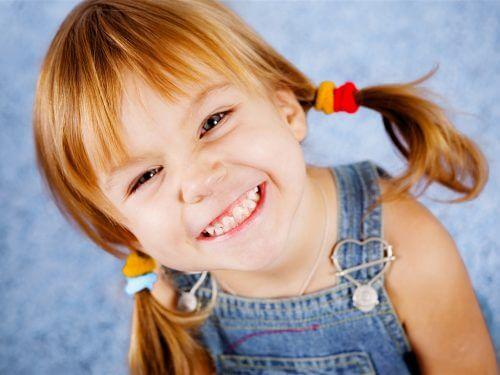 Criança feliz sem infecção urinária