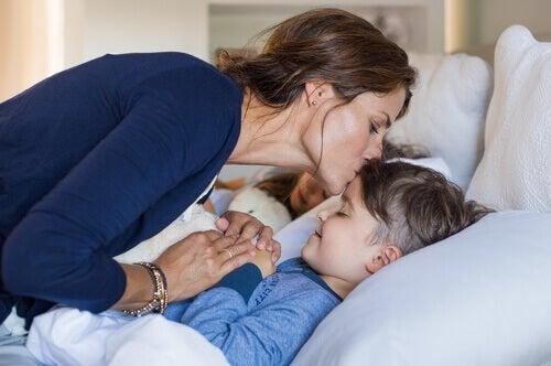 Mãe colocando seus filhos para dormir