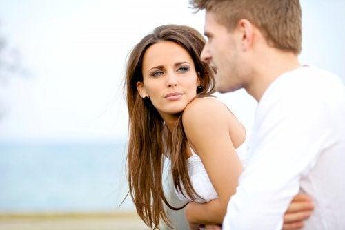 Mulher tentando atrair o homem com o olhar