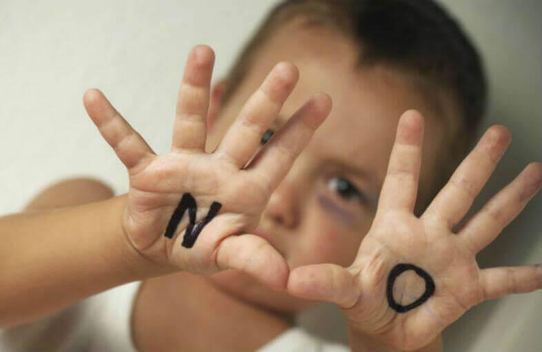 """Criança dizendo """"não"""""""