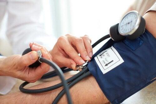 Médico medindo pressão de paciente