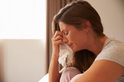 Mulher chorando com lenço