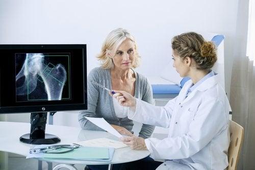 Mulher em consulta para tratar osteoporose