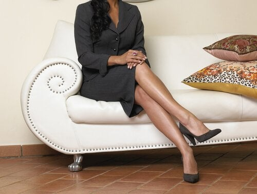 Mulher com as pernas cruzadas