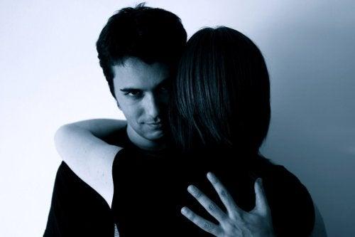 Mulher abraçando seu pareceiro