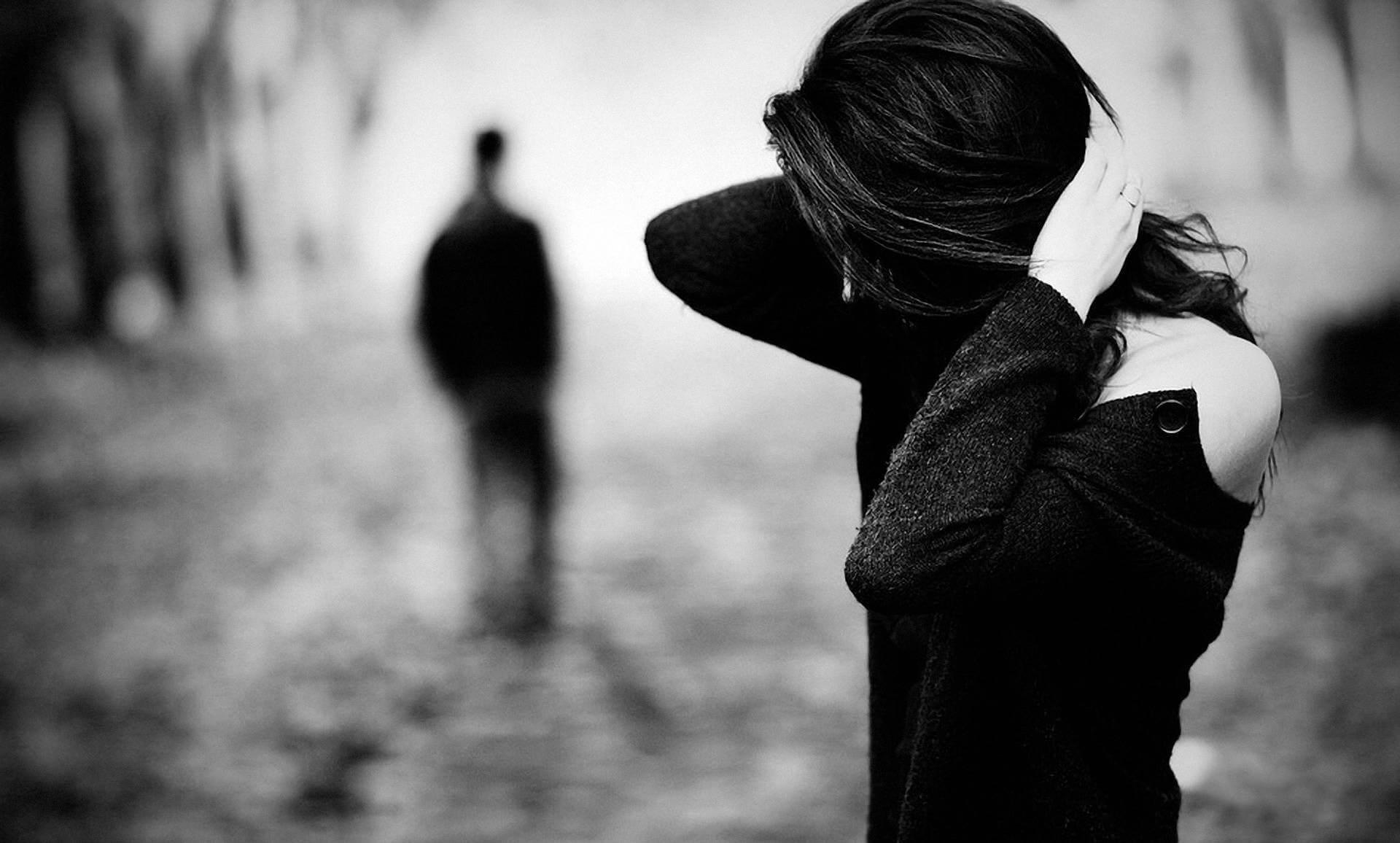 Mulher triste por deixar ir seu parceiro