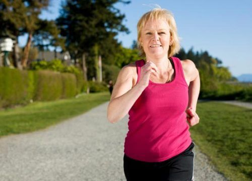 Mulher correndo na menopausa