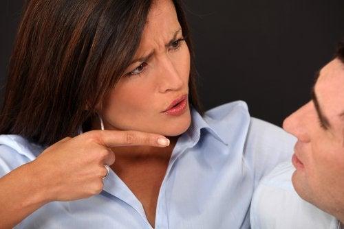 Mulher criticando seu marido