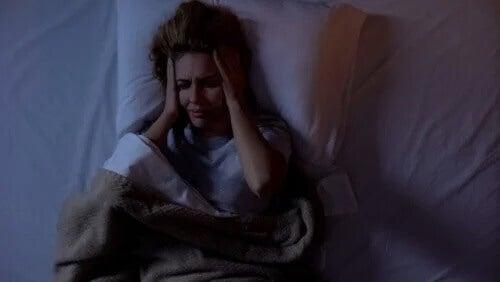 Dor de cabeça noturna: o que causa esse transtorno?