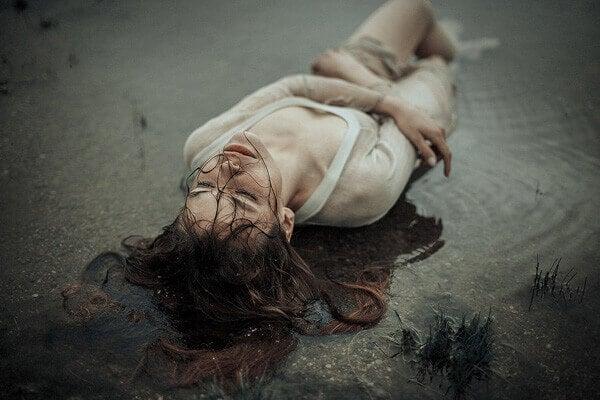 Mulher enfrentando luto após sofrer uma perda