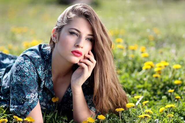 Mulher deitada em campo de flores