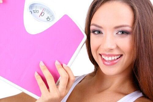Mulher feliz por perda de peso