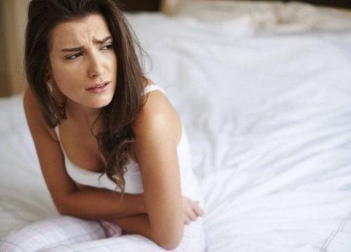 Mulher sentindo dor nos ovários