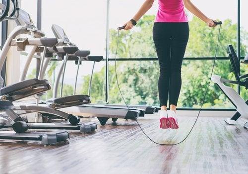 Pular corda ajuda a previnir a dor no joelho