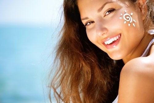 Mulher usando protetor solar