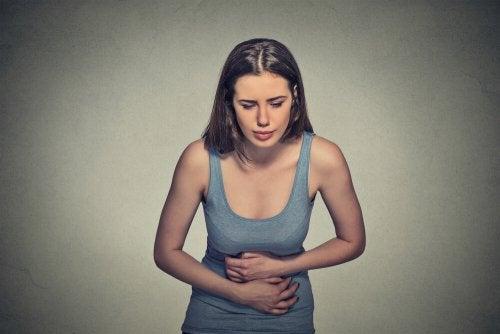 Mulher com dor abdominal por causa da endometriose