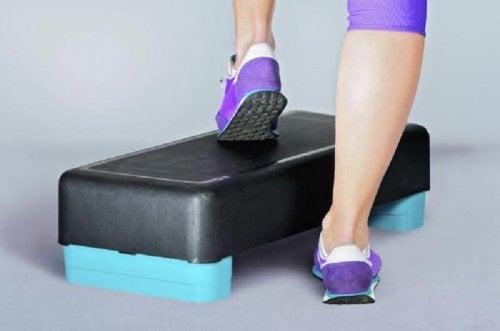 Exercícios com step para fortalecer os joelhos