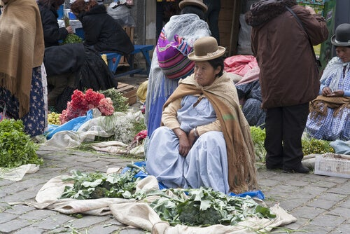 Mulher vendendo folha de coca