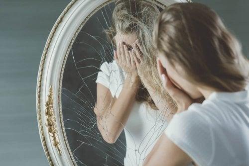 Mulher mentirosa se olhando no espelho envergonhada