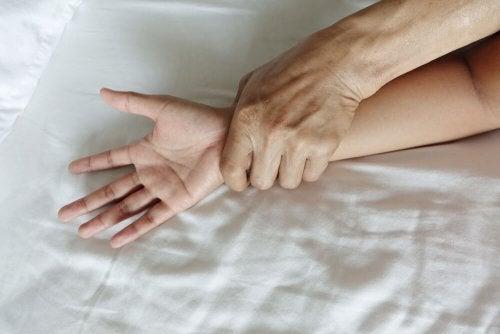 Pessoa vítima de abuso sexual e violação