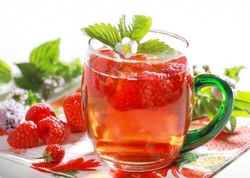 Bebida desintoxicante de framboesas para perder peso