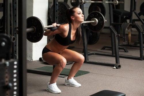 Mulher fazendo exercícios para queimar gordura