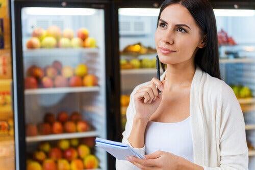 Mulher fazendo compras no mercado