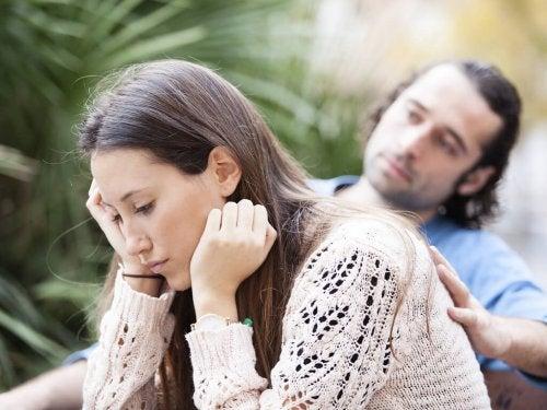 Moça pensando em uma separação temporária