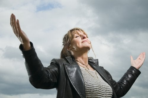 Mulher de media-idade desfrutando da vida