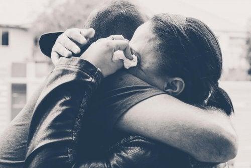 Mulher chorando porque falta estabilidade à sua relação intermitente