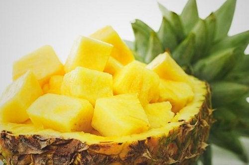 O abacaxi pode ser usado para tratar infecções do trato urinário