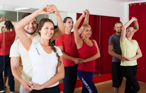 Pessoas praticando dança cardio
